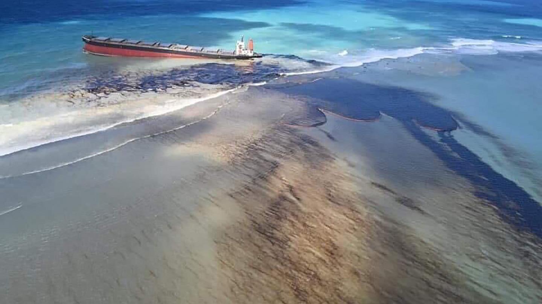 Около 1 тыс. тонн нефтепродуктов вытекло в океан из японского судна возле Маврикия