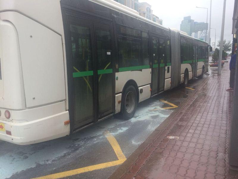 В Астане у автобуса загорелись тормозные колодки