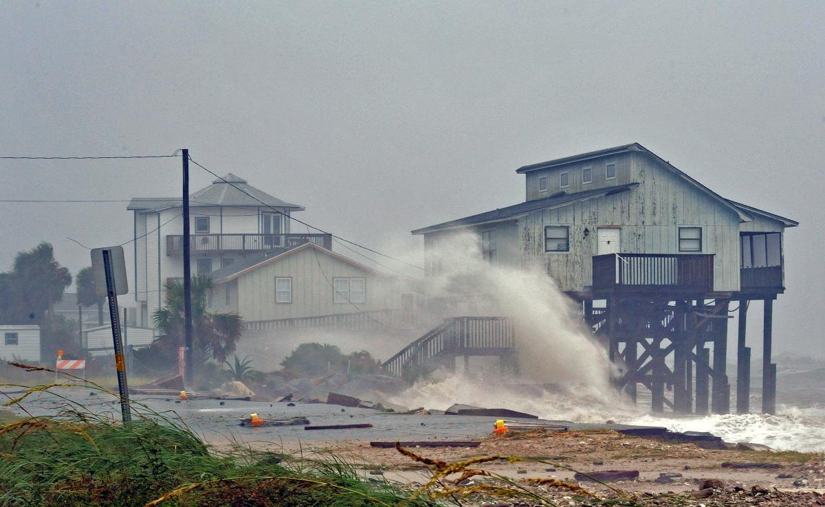 Не менее 12 человек погибли из-за прихода урагана «Майкл» во Флориду