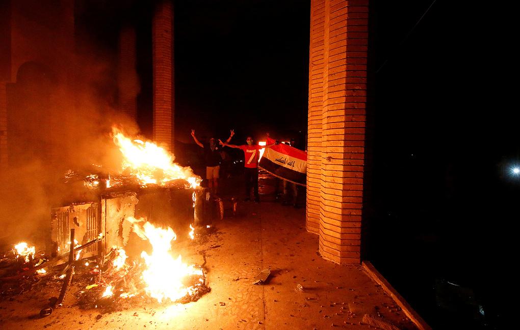 В Басре демонстранты подожгли президентский дворец
