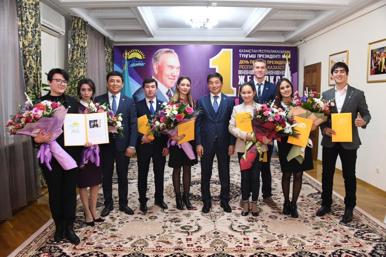 Бауыржан Байбек вручил партийные билеты новым членам партии «Нұр Отан»