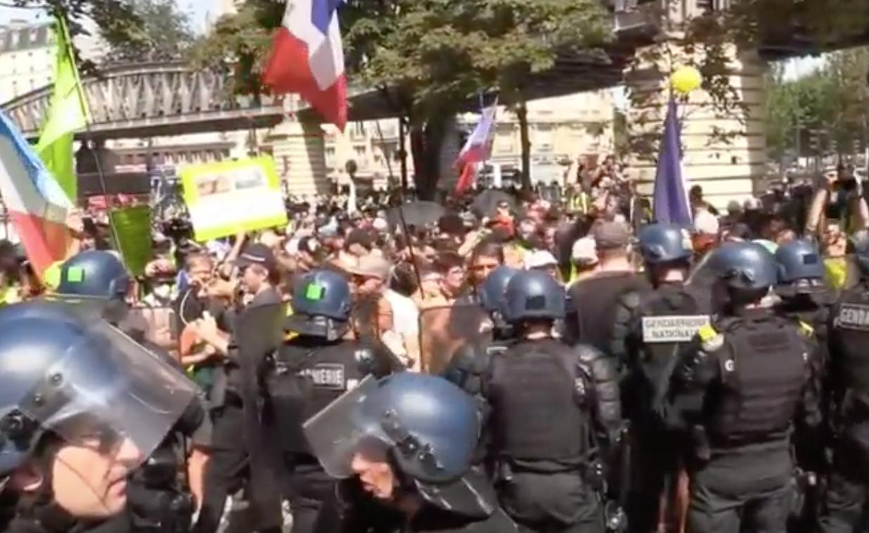 Несколько тысяч человек провели протесты близ Биаррица против политики стран G7