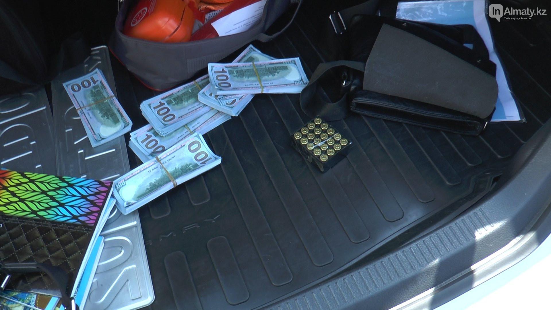 В Алматы задержали водителя с долларами и оружием в багажнике
