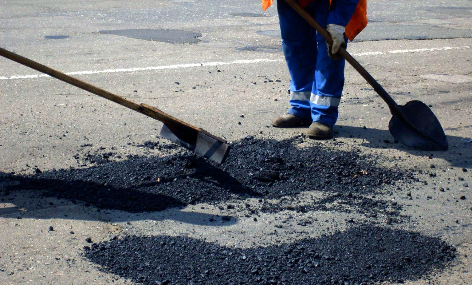 В столице РК раньше обычного приступили к ямочному ремонту дорог