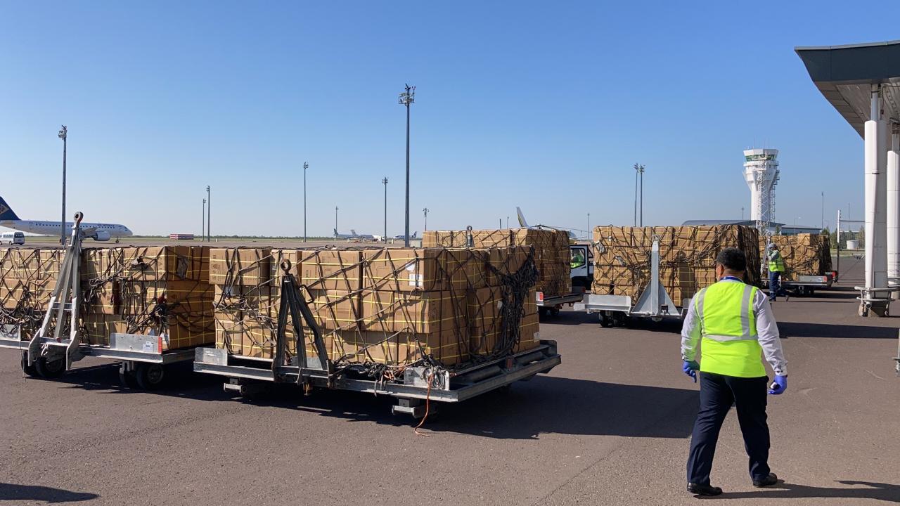 В аэропорт столицы прибыли 1000 кислородных концентраторов