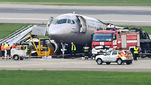 Переговоры диспетчеров с пилотом SSJ 100 прокомментировали летчики
