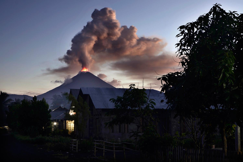 На индонезийском острове Сулавеси после землетрясения и цунами началось извержение вулкана