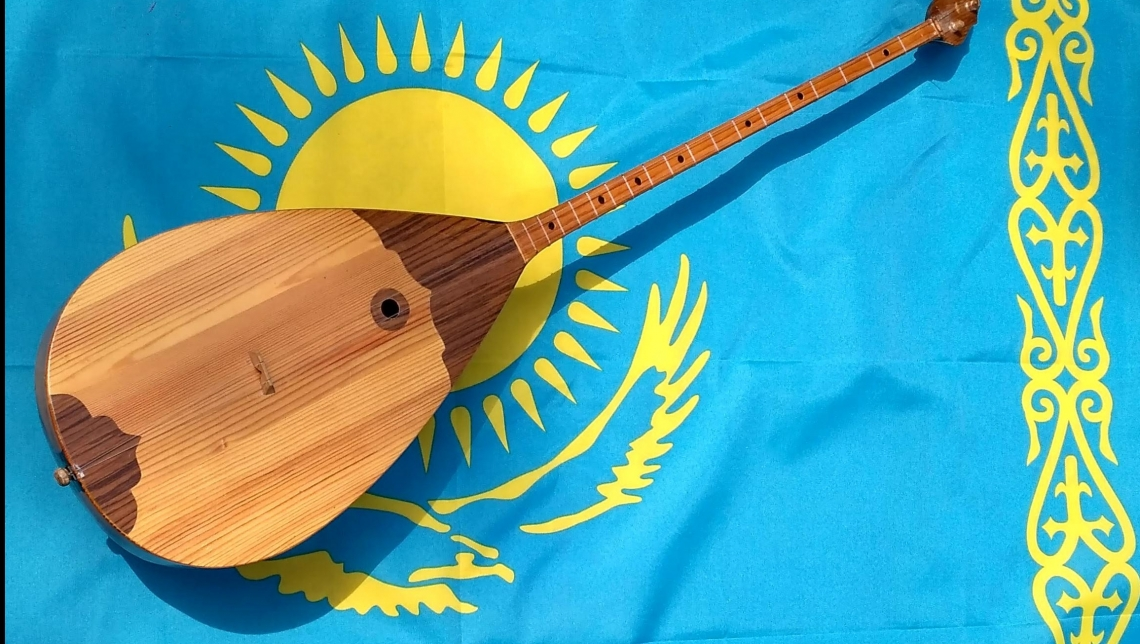 Касым-Жомарт Токаев поддержал инициативу введения в школах обучения игре на домбре