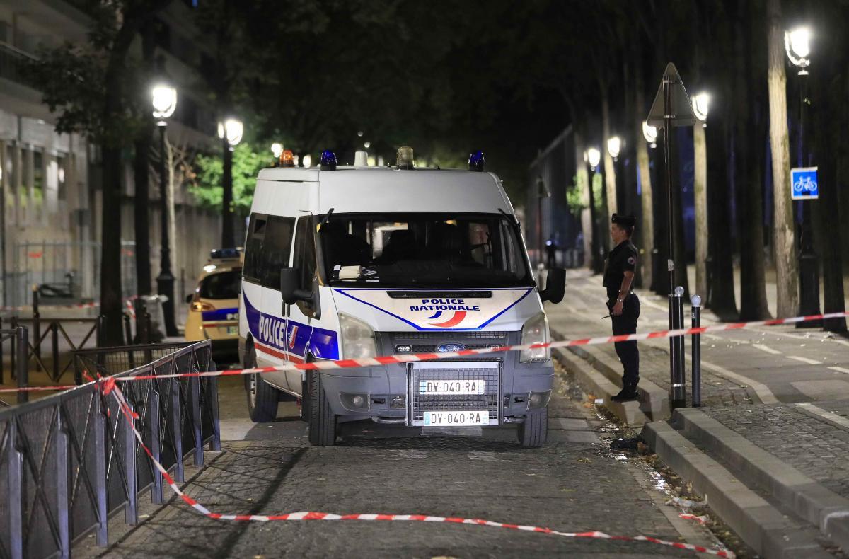 В результате нападения на прохожих в Париже пострадали семь человек