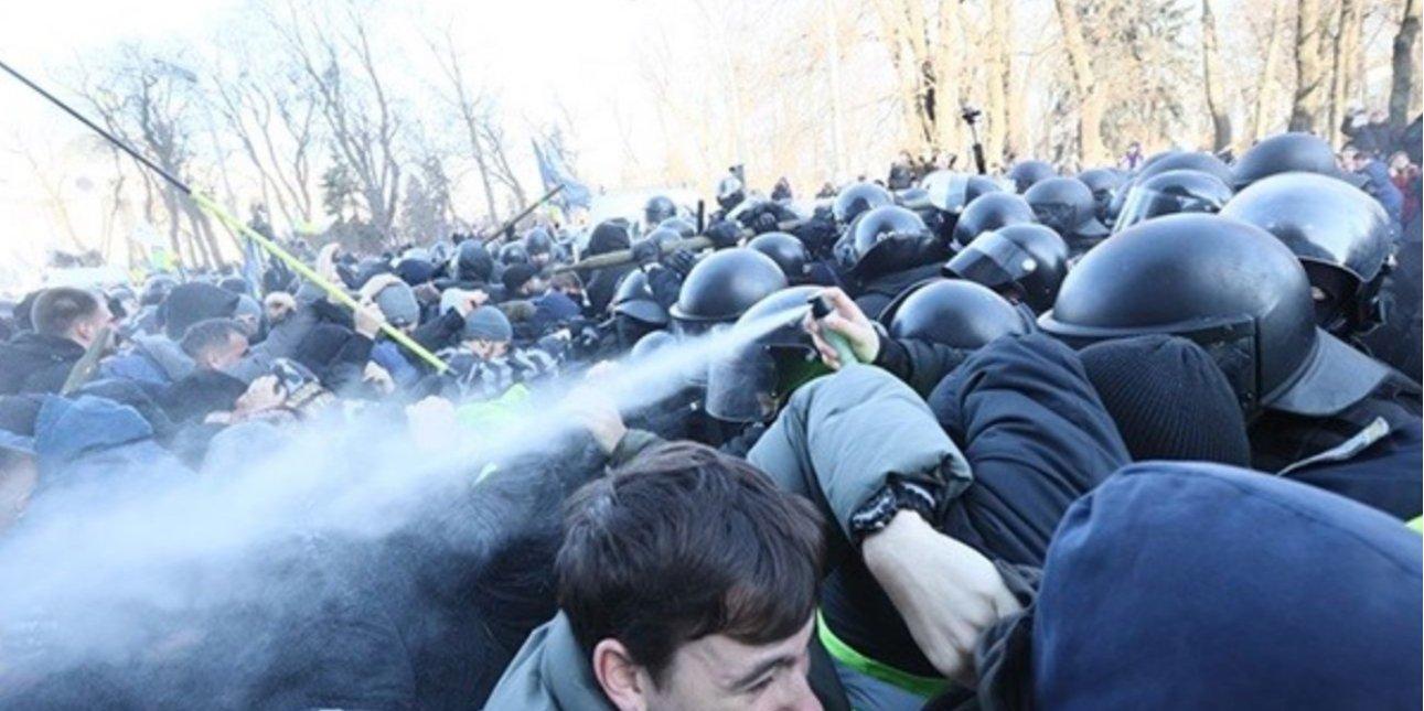 Столкновения националистов и полиции произошли у украинского парламента