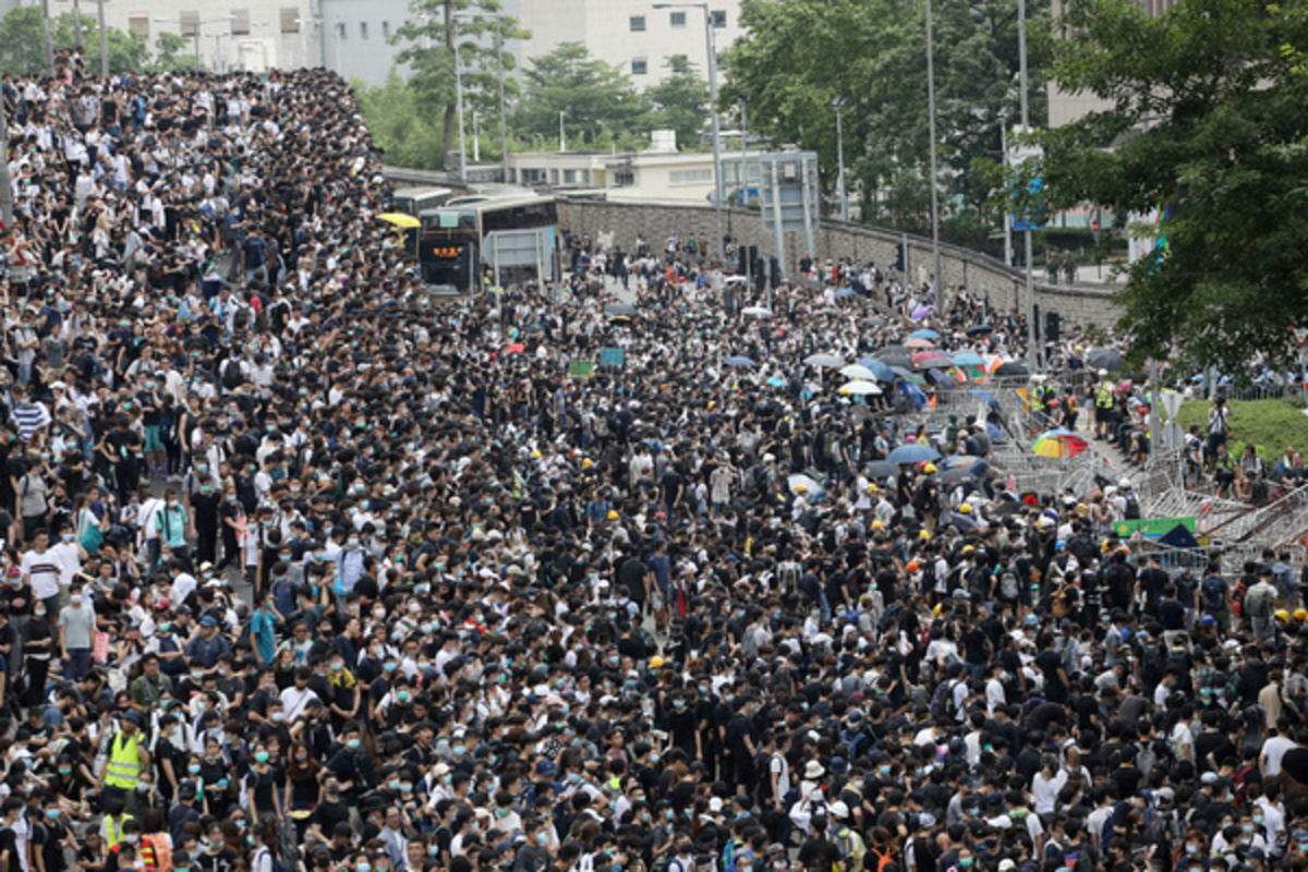 Ситуация в Гонконге приходит в норму после воскресных протестных акций и беспорядков