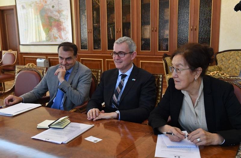 Франция ждет от Казахстана новых заказов вертолетов и спутников