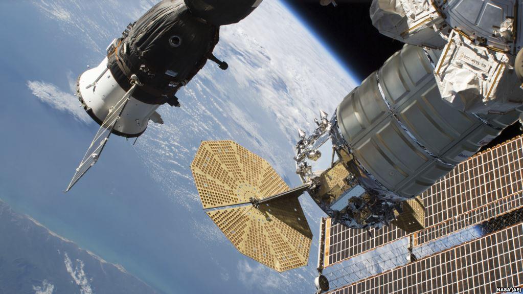 Установлено, что отверстие на корабле «Союз» появилось в результате преднамеренного воздействия – глава Роскосмоса
