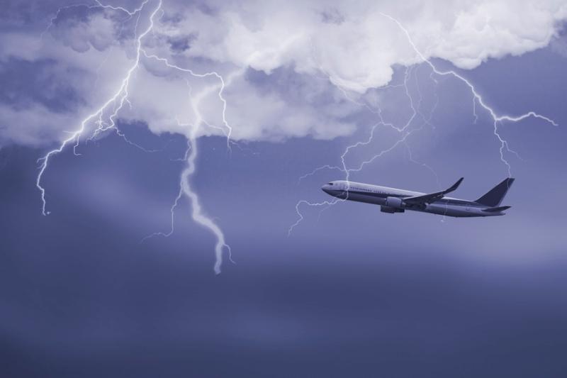 В самолет с возвращавшимися из Болгарии российскими туристами попала молния