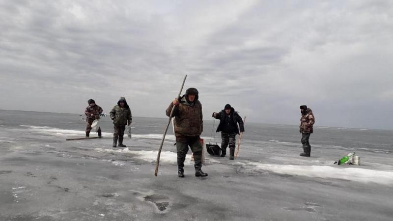 В СКО с дрейфующей льдины спасли пять рыбаков