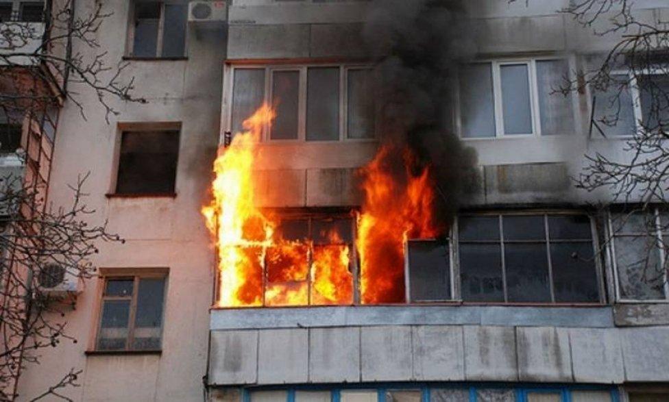 Загоревшиеся на балконе вещи привели к пожару в многоэтажке в центре Алматы