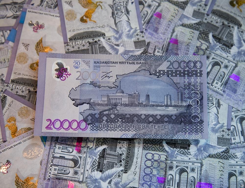 Тенге продолжит слабеть к доллару на фоне дешевеющей нефти