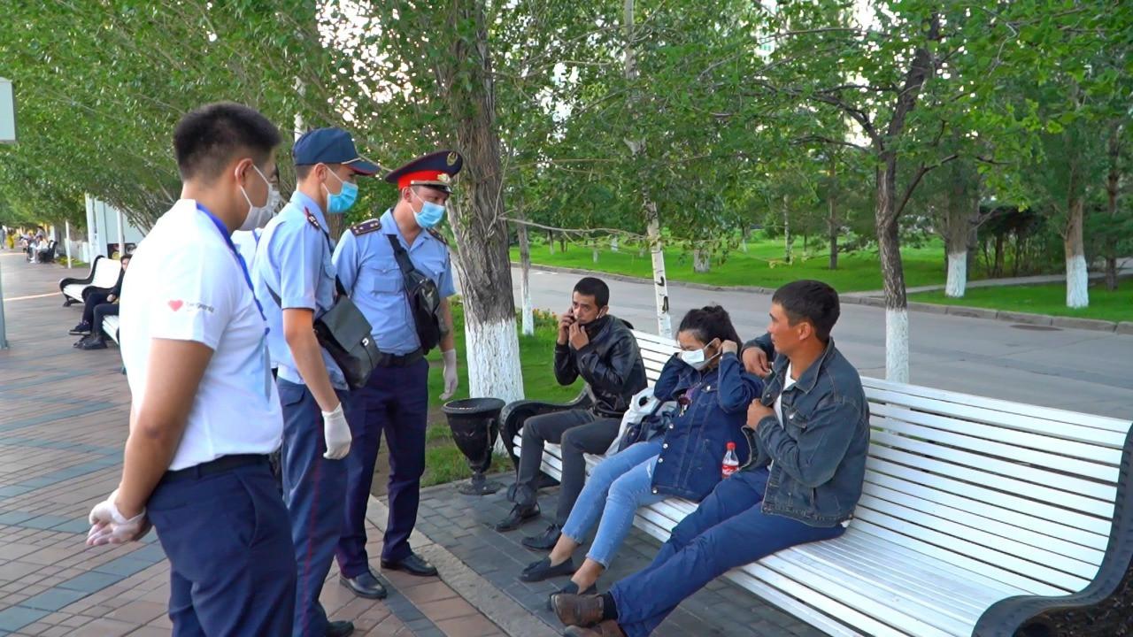 В Нур-Султане полиция и волонтеры контролируют соблюдение горожанами карантина