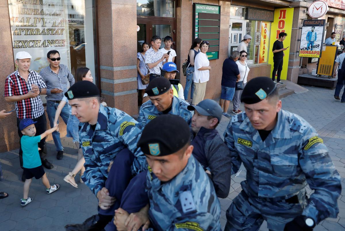 В Нур-Султане и Алматы задержали несколько десятков человек, направлявшихся на несанкционированные митинги