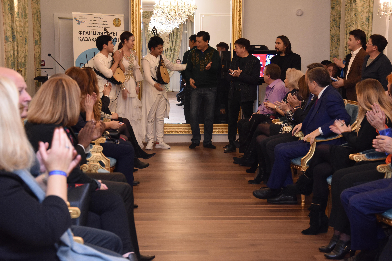 Казахстанские модельеры представили коллекции в национальном стиле в Париже