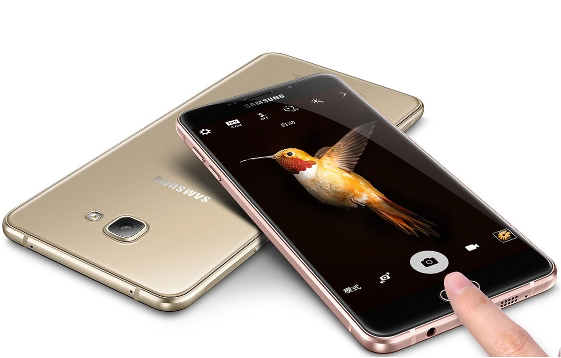 Samsung представил смартфон с четырьмя камерами
