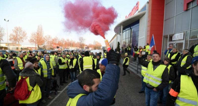 Протесты во Франции: горит кофейня на Елисейских полях, 8 человек задержаны