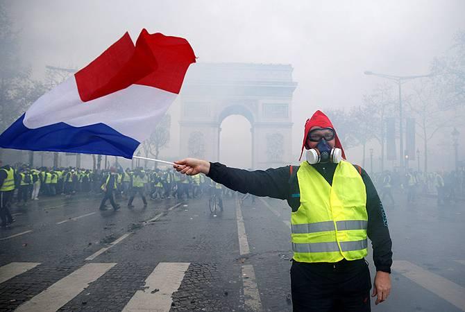 """Власти Франции ввели мораторий на рост цены на топливо: """"желтые жилеты"""" не согласны"""
