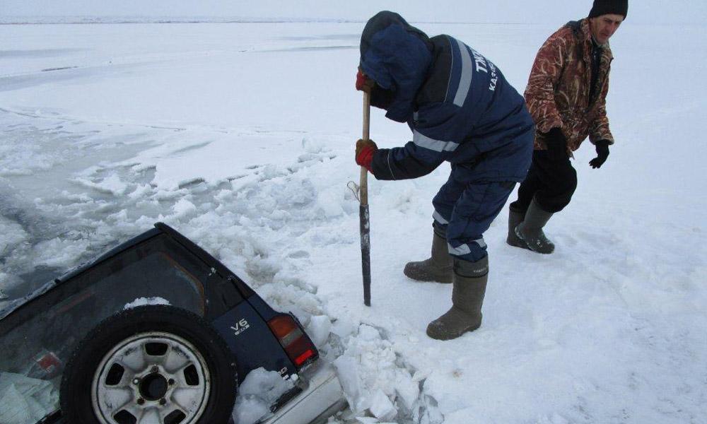 В Восточном Казахстане под лед провалилась машина с рыбаками