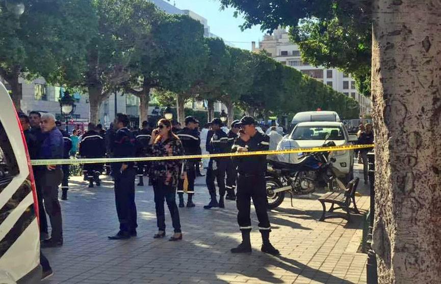 В результате теракта в столице Туниса ранены восемь полицейских и один житель