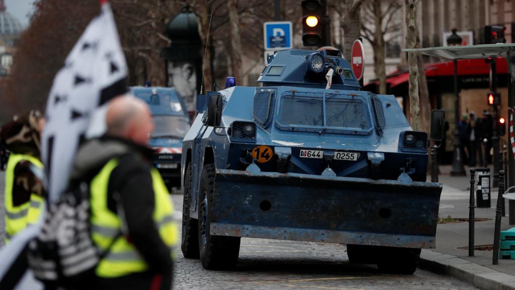 """Бронетранспортеры в Париже: полиция защищается от """"желтых жилетов"""""""