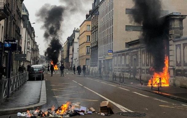 """""""Желтые жилеты"""" подожгли вход в здание Банка Франции на западе страны"""