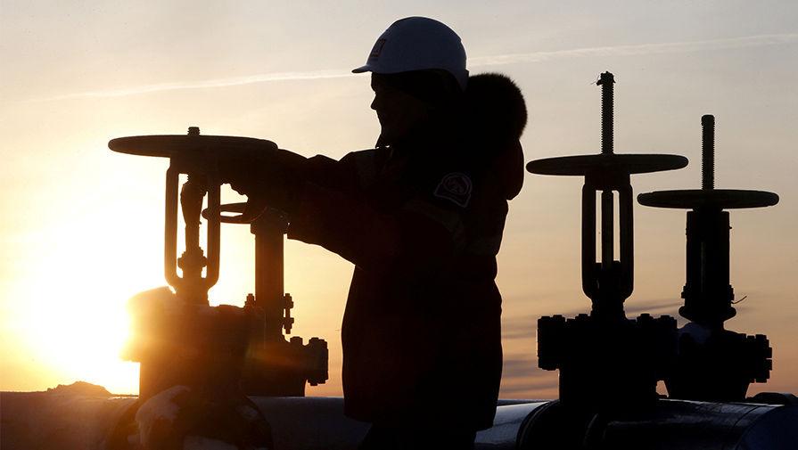 Нефть продолжает дешеветь: цена на Brent упала ниже $54 за баррель