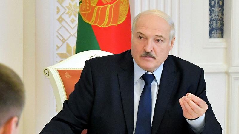 Лукашенко заявляет, что не отдаст власть