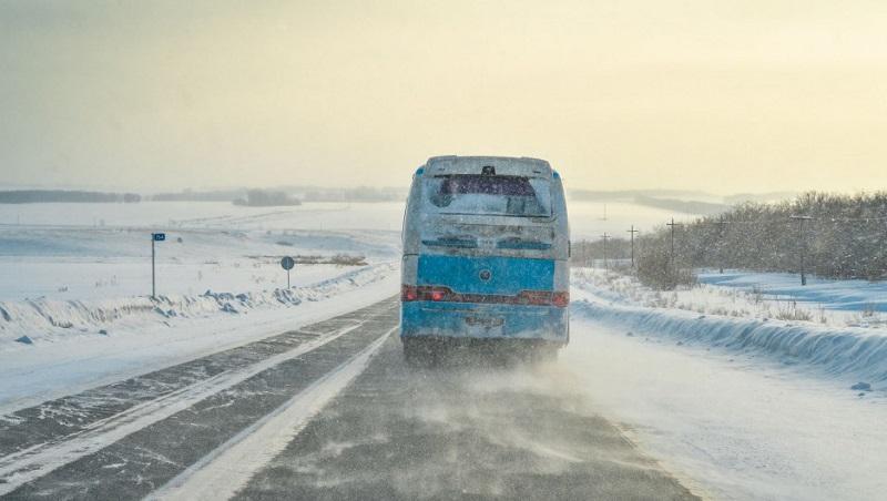 Автобус с девятью пассажирами слетел в кювет из-за метели в Нур-Султане