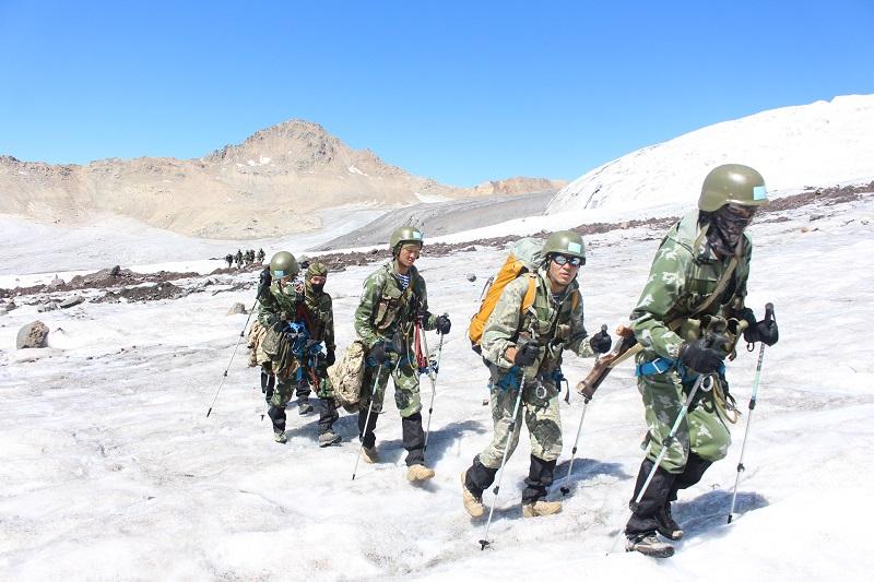 Поиск казахстанских альпинистов не могут начать из-за погоды