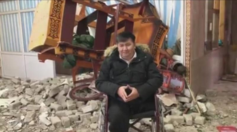 В Уральске микроавтобус врезался в магазин