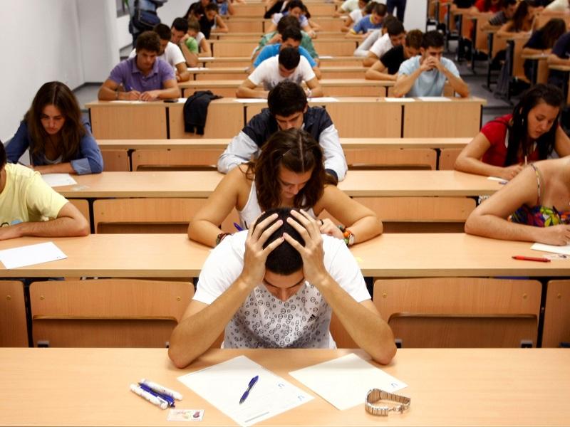 Около 300 актауских студентов штурмуют здание вуза с требованием выдать им дипломы