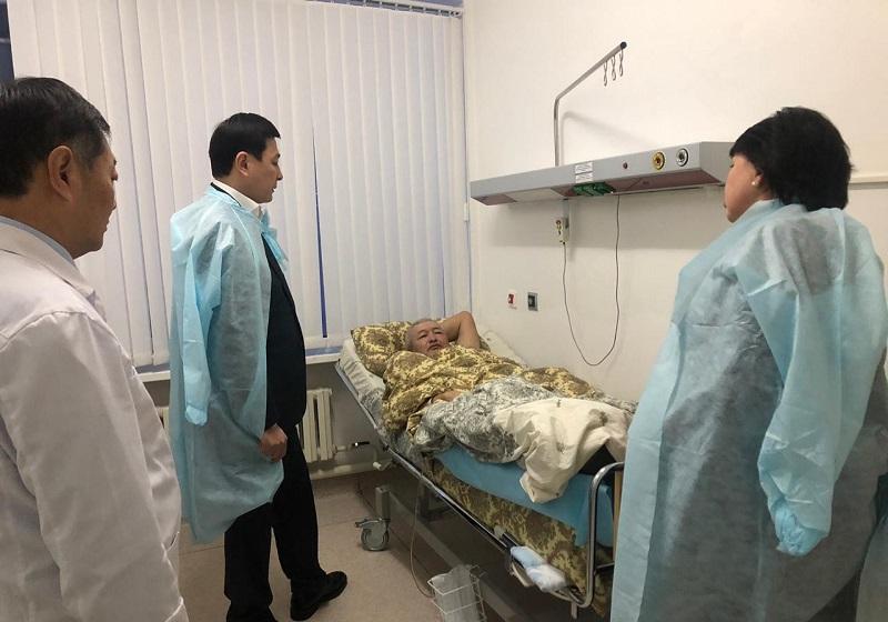Алтай Кульгинов посетил в больнице водителя коммунальной техники, который получил травму
