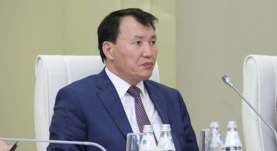 Алик Шпекбаев предлагает увеличить зарплаты госслужащим без бюджетной политики