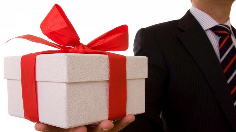 Госслужащих просят обязать вернуть подарки государству в течение недели