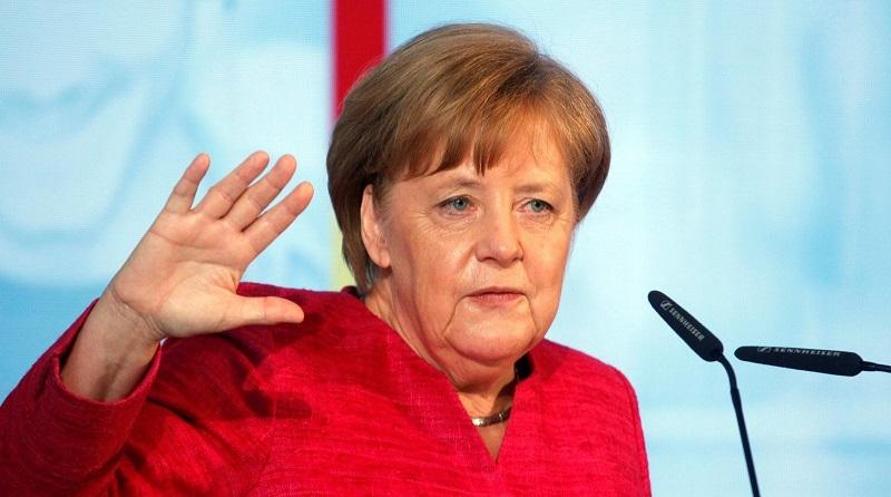 Ангела Меркель после приступов дрожи сидя слушала гимны ФРГ и Дании