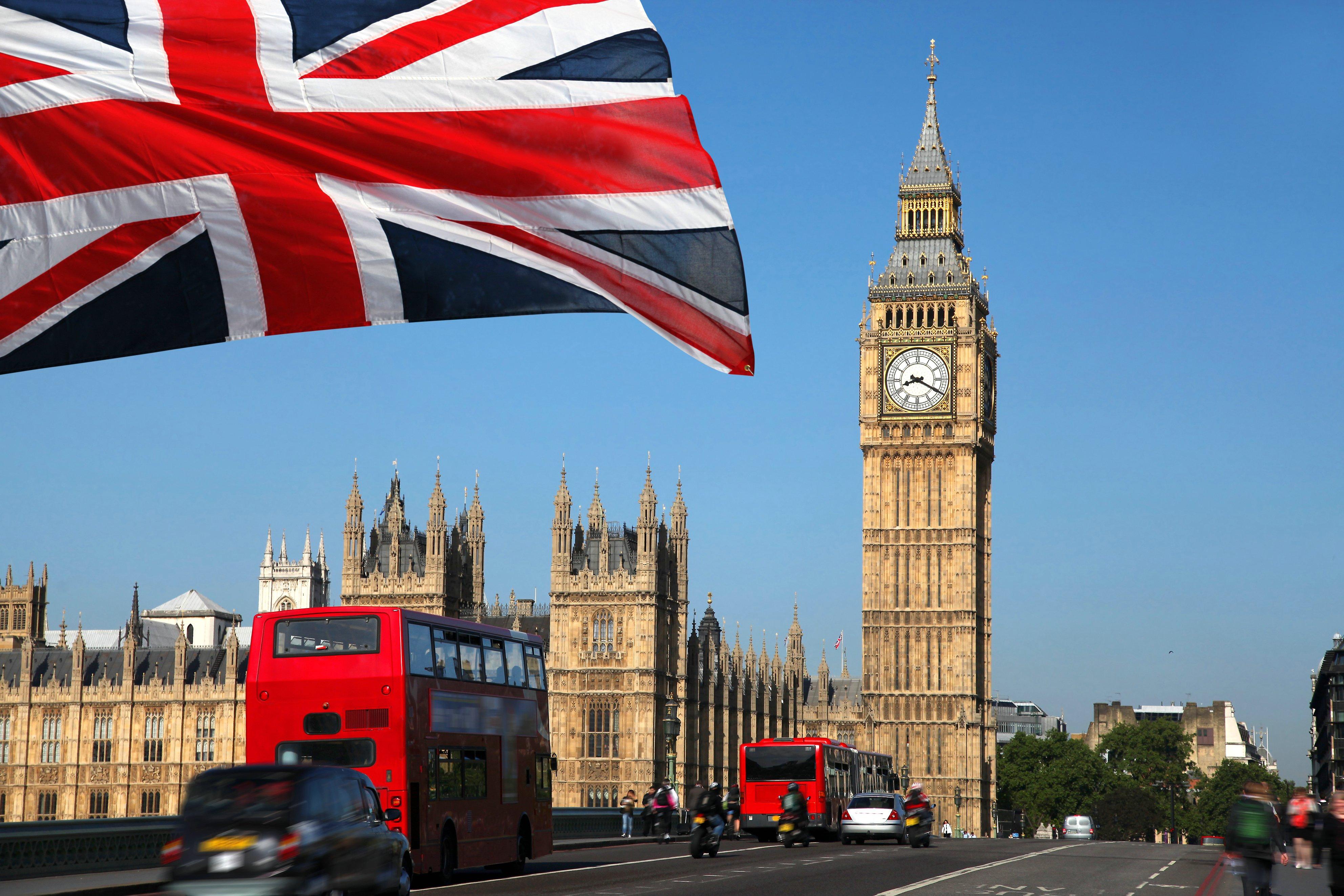 Великобритания отменяет миграционные карты для всех въезжающих иностранцев