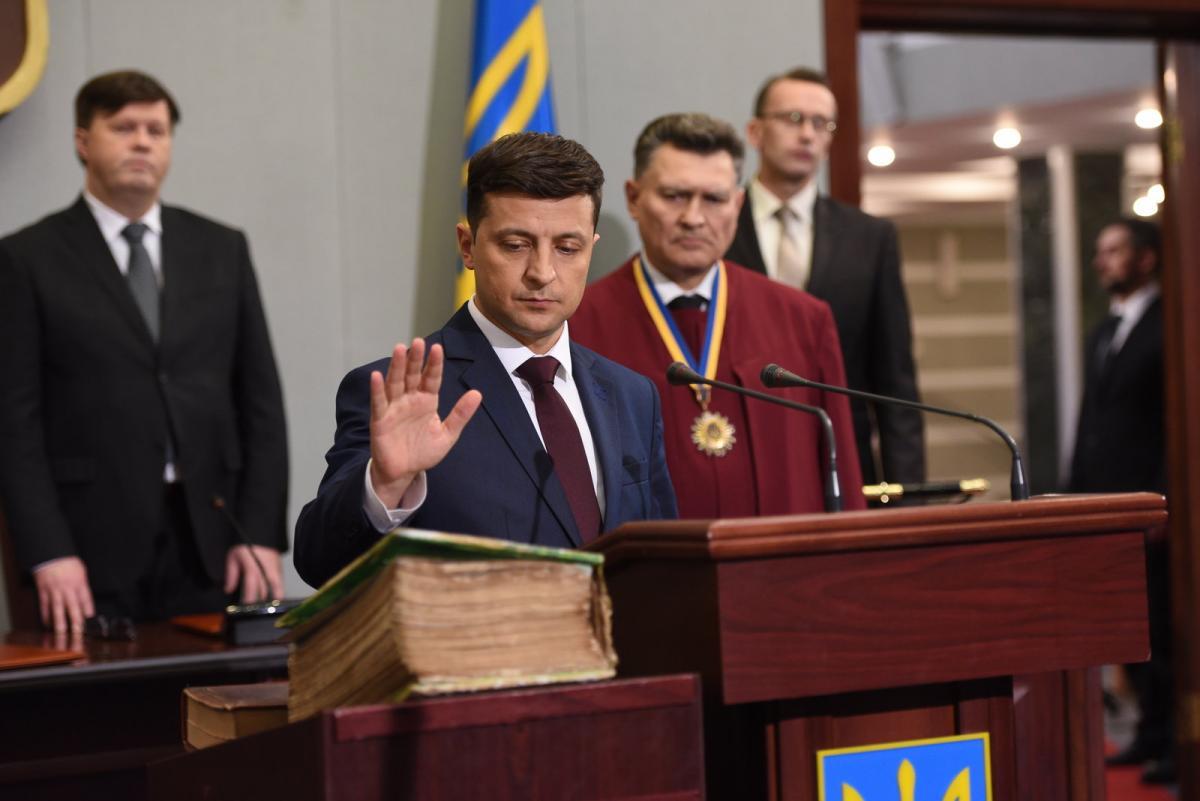 Зеленский вступил в должность президента Украины и предложил кабинету министров подать в отставку