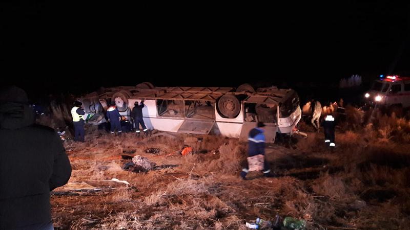 Пассажирский автобус опрокинулся на трассе под Кызылордой