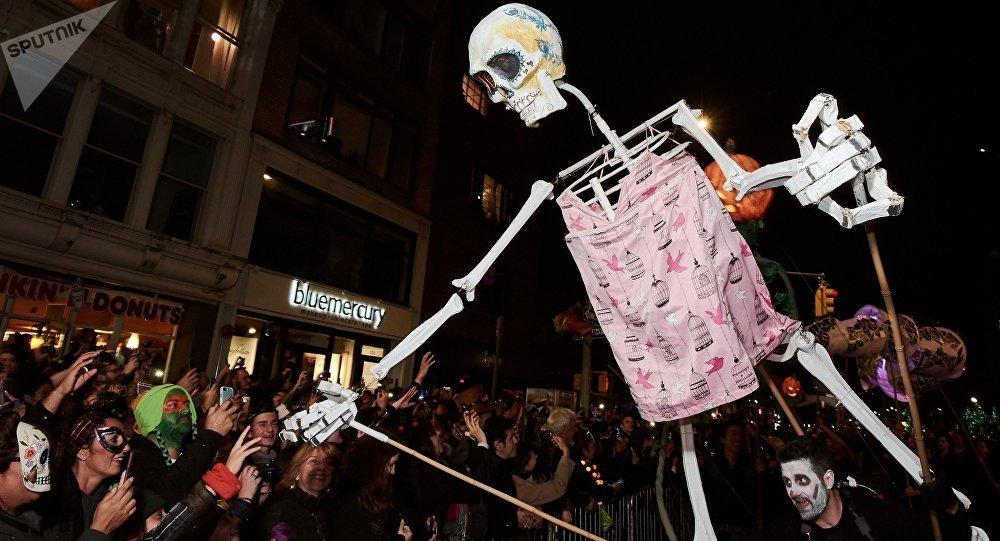 Астанада Хэллоуин кешінде үстіне баннер құлаған қыз ауруханаға жеткізілді