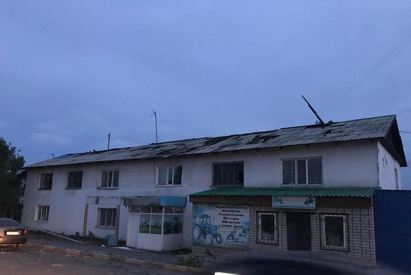 Сильный ветер сорвал крыши с сотни зданий в Аягозе