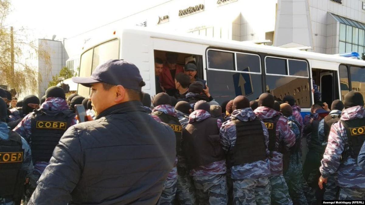 """В  Алматы недовольные вышли на площадь """"Астана"""""""