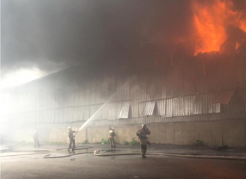 Пожар в Алматы: вертолеты привлекли к тушению складов