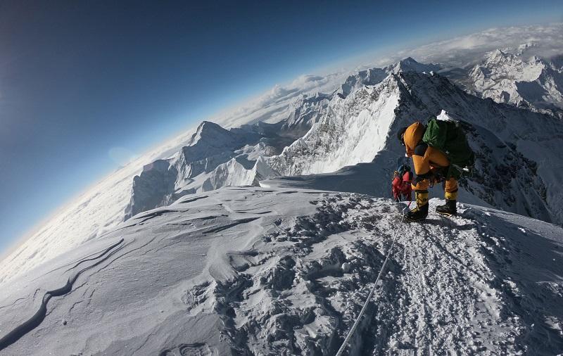 Алматинские альпинисты застряли на пике Победы в Кыргызстане