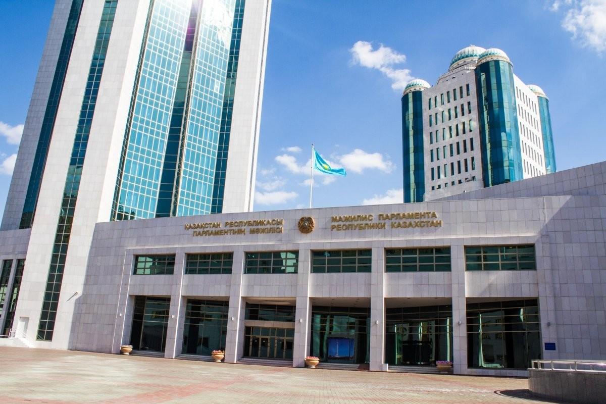 Парламент РК принял поправки по вопросам транспорта